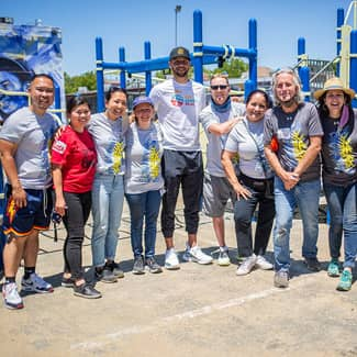 Stephen Curry poses with volunteers